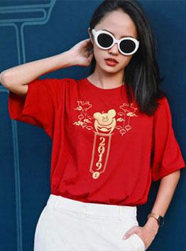 Người mẫu Thanh Vy chọn áo thun tay lở tông màu đỏ tươi để mix đồ dạo phố Sài Gòn nhân dịp mừng lễ hội lớn nhất của nước ta : Xuân yêu thương. Với cách phối cùng mẫu áo có họa tiết hợp mốt là sự đồng điệu của quần âu và kính mát tông trắng dễ phối đồ nhất trong năm mới này