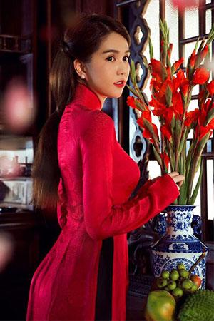 Ngọc Trinh diện áo dài năm mới