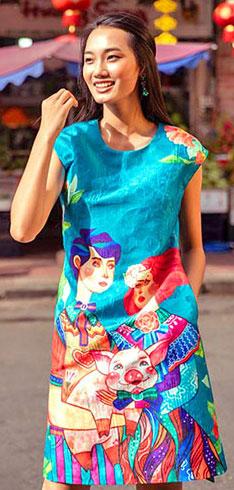 Còn cô ca sĩ Quỳnh Anh The Face thì rạng ngời trên phố với bộ váy phối màu bắt mắt nổi bật giữ đám đông cùng nụ cười tươi và duyên. Họa tiết chú heo hồng quý phái kết hợp giữa cổ điển và nghệ thuật đương đại, được phối hợp nhịp nhàng cùng hình ảnh cô gái theo phong cách hội họa mang sắc thái những thập niên thế kỷ 17.