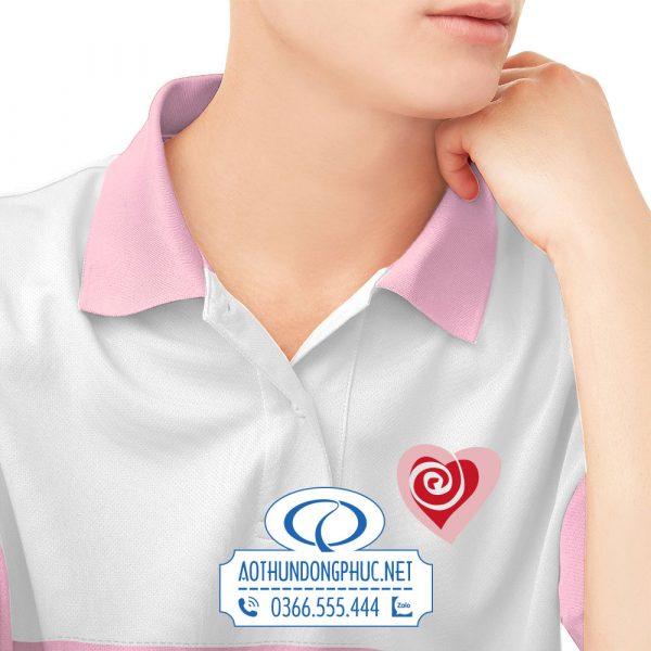 In logo lên áo đồng phục nhóm phối màu hồng và trắng tinh