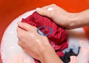 Mẹo xử lí quần áo bị dính lem màu